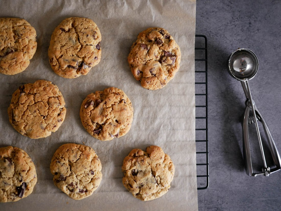 Cookies posés sur une plaque avec une cuillère à soupe pour les glaces à côté