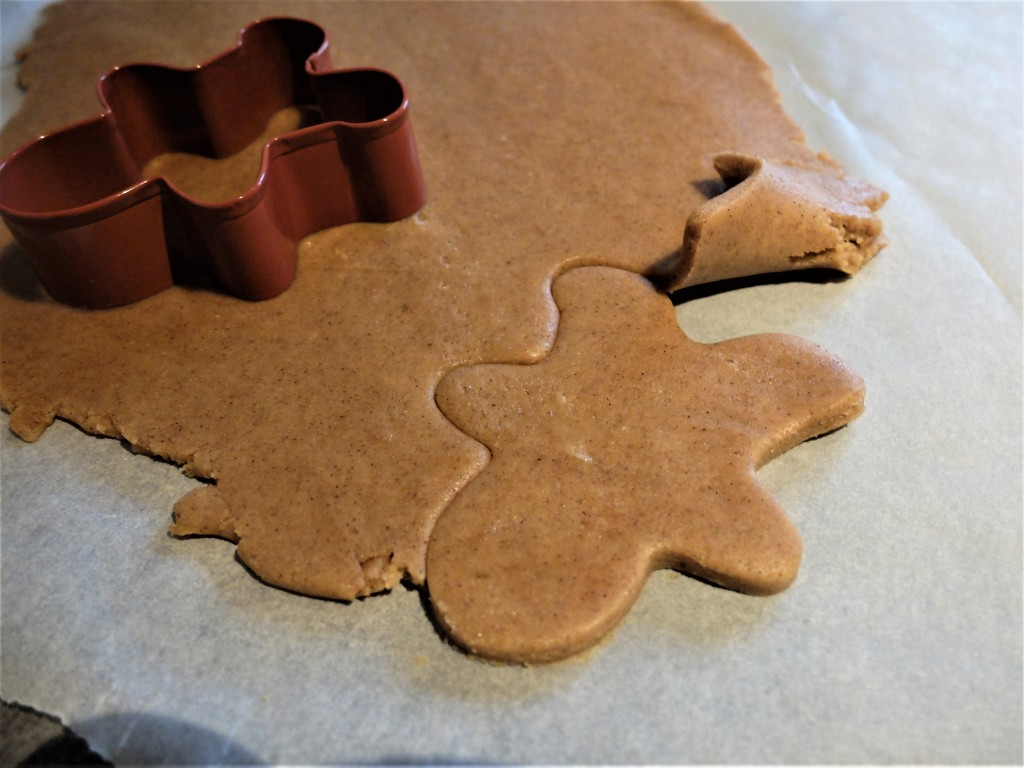 La pâte doit se décoller toute seule entre les bonhommes au gingembre.