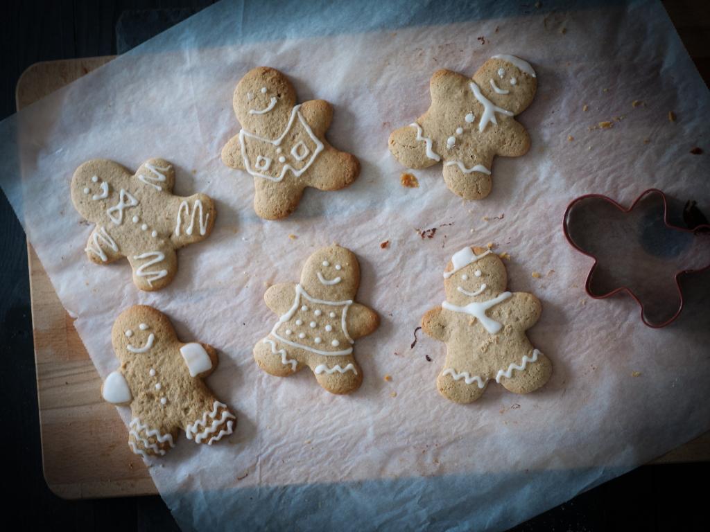 Petits bonhommes au gingembre décorés au sucre glace avec des écharpes, des bonnets...