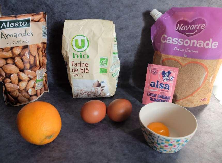 Les ingrédients pour les biscotti : farine, sucre, deux oeufs, levure chimique, orange et amandes bien sûr