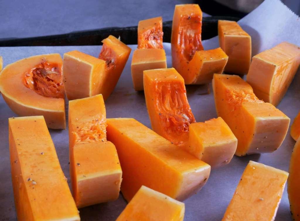 Essayez de faire tenir les morceaux de butternut peau contre la plaque et espacez bien les morceaux pour qu'ils cuisent uniformément.