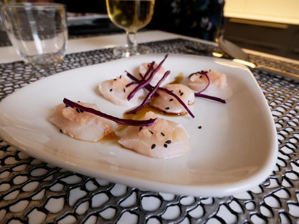 Saint-Jacques et gingembre au vinaigre, graine de sésame noir et chou rouge.