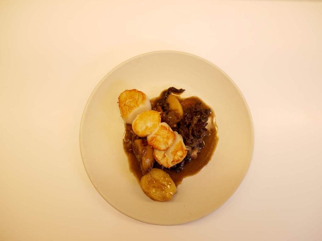 Civet de bardes de Saint-Jacques et poivre noir Sarawak.