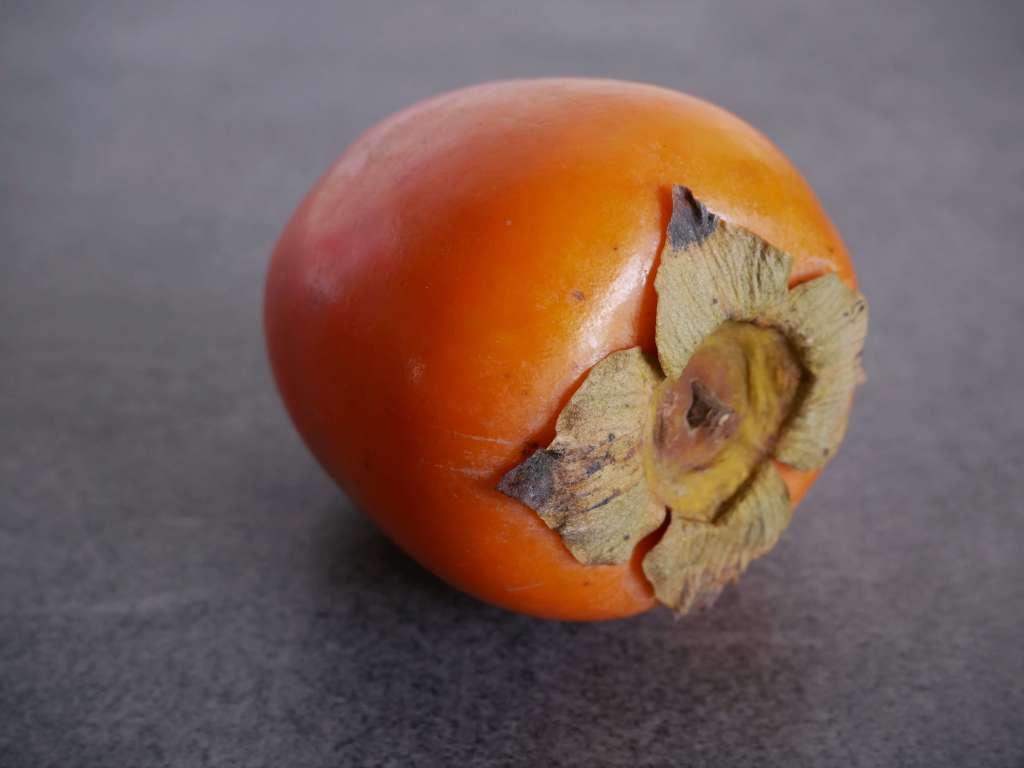 Le kaki est un fruit à la chair fondante et au goût sucré.