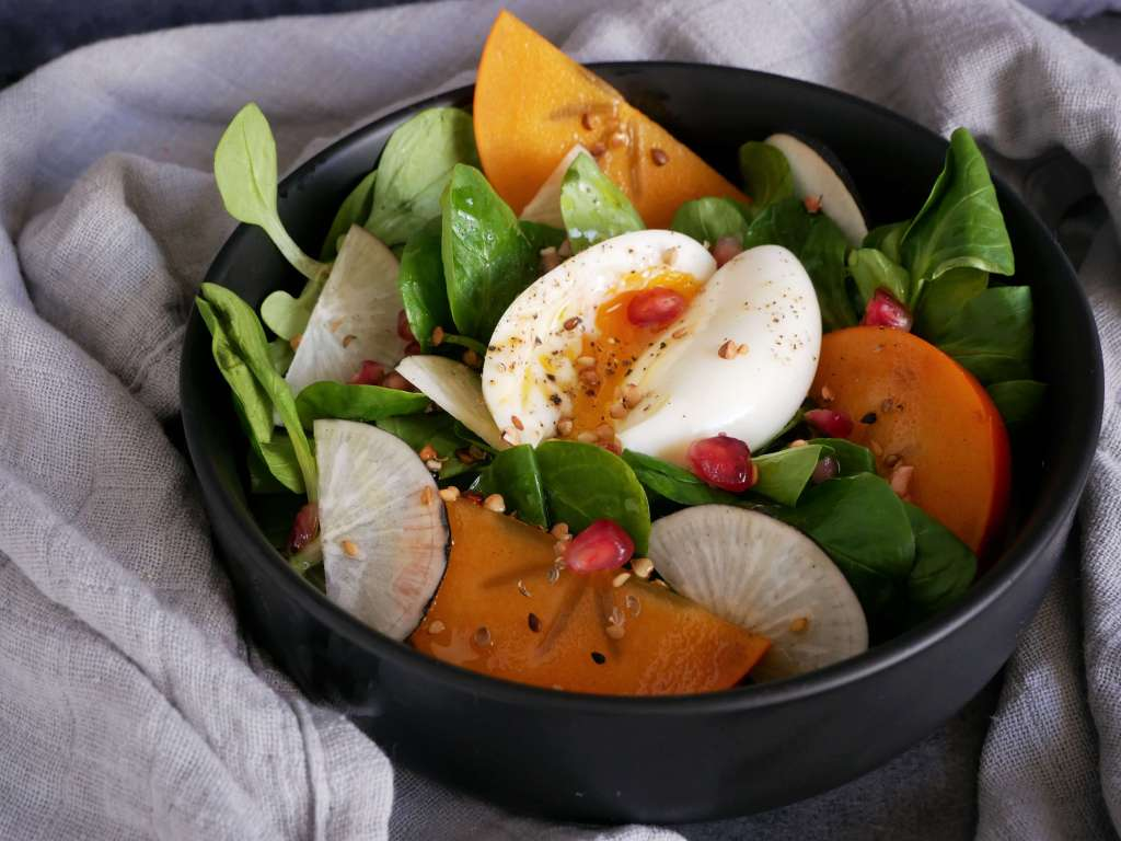 Une belle salade de mâche avec du radis noir, des kakis et de la grenade et un oeuf mollet pour les protéines, c'est parfait, non? Et ca prend dix minutes à réaliser.