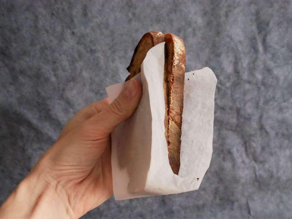 On coupe du papier de la largeur du sandwich et hop au grille-pain ! Même pas de vaisselle !