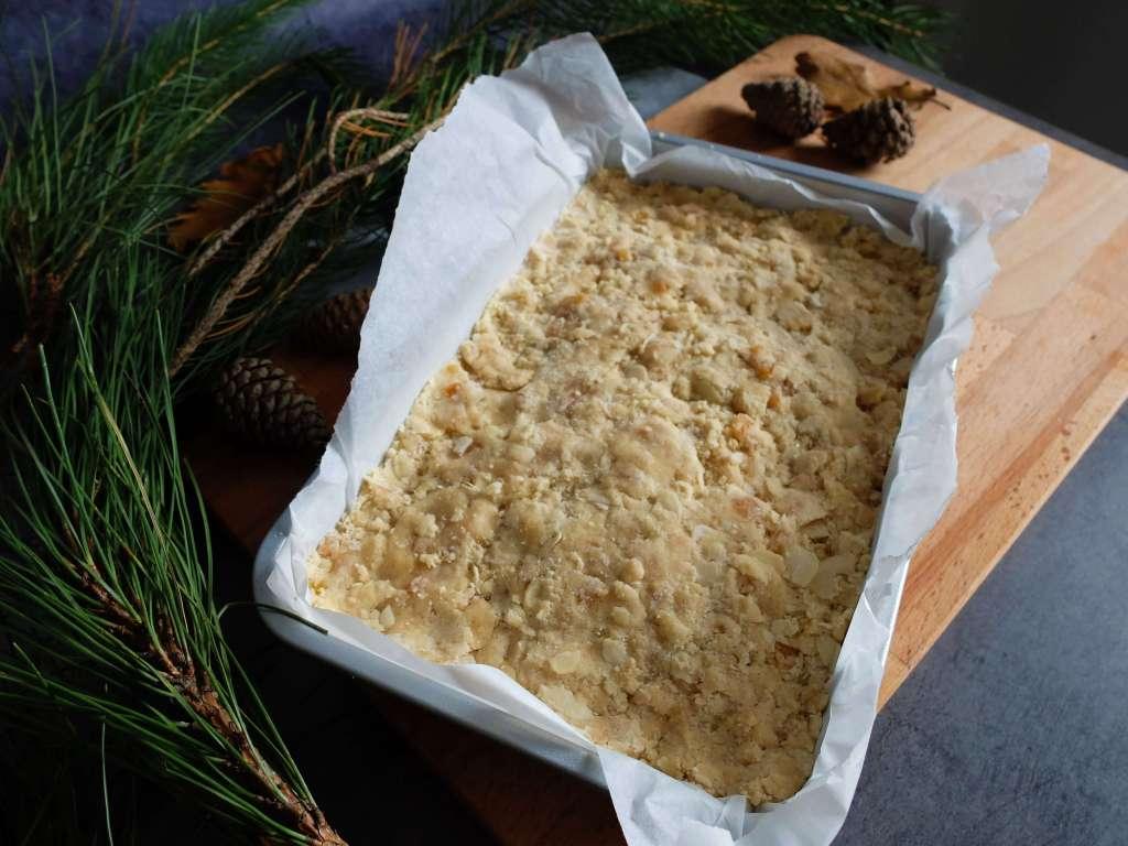Tassez la pâte avec les doigts dans un plat.
