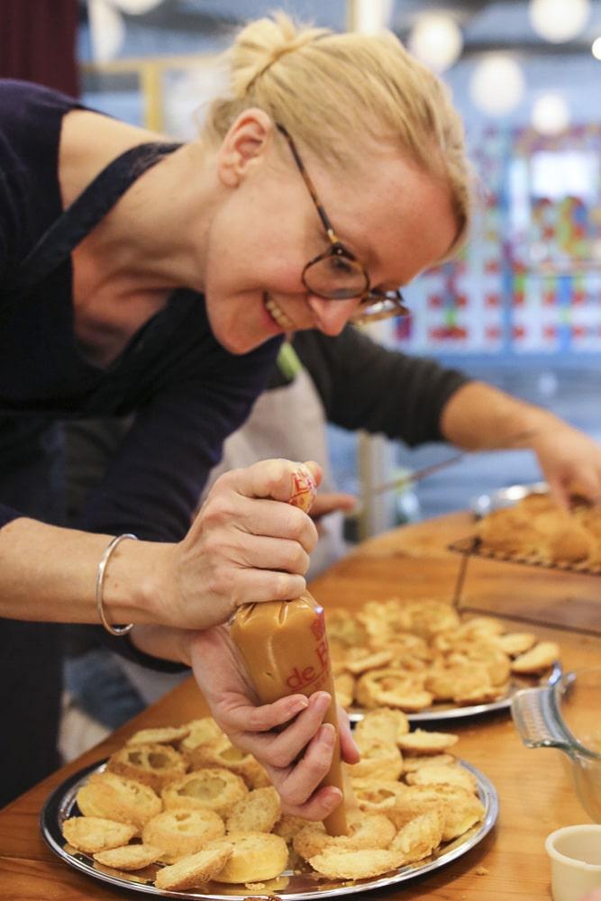 Là c'est moi, en train de faire des choux avec un grand sourire. Je suis blonde avec des lunettes.