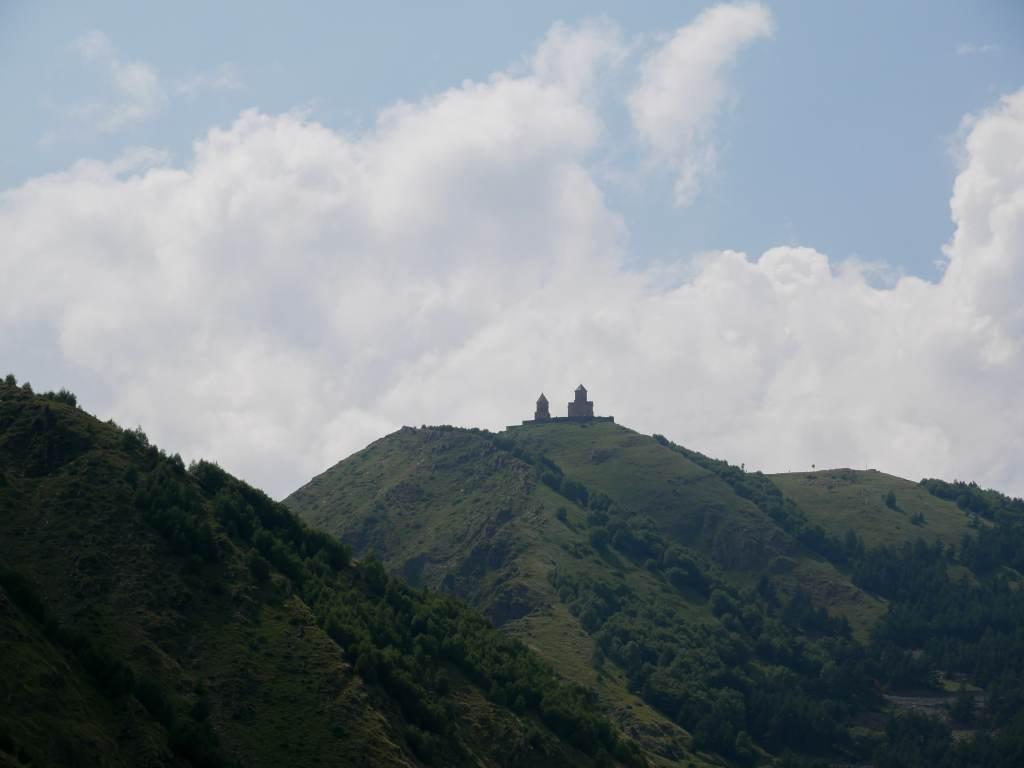 Le mont Kazbek domine la ville de Kazbegi au nord-est de la Géorgie?