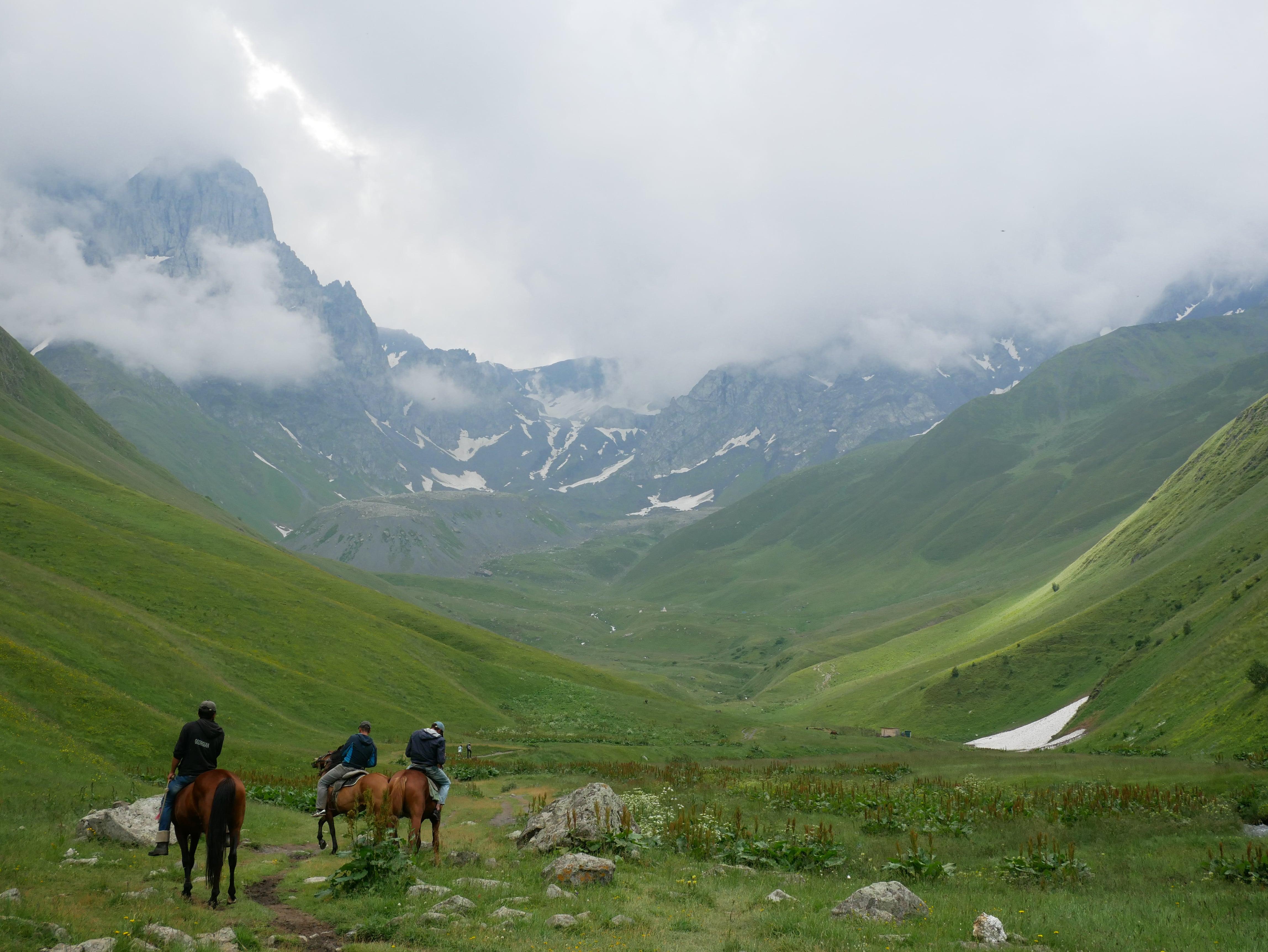 Les grandes montagnes du Caucase à perte de vue