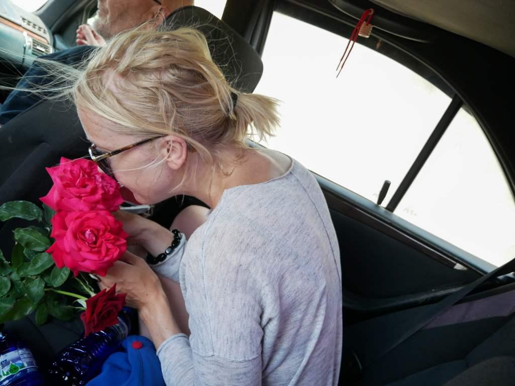 Les Géorgiens sont si gentils ! Un chauffeur de taxi collectif m'a offert des roses lors d'un trajet...
