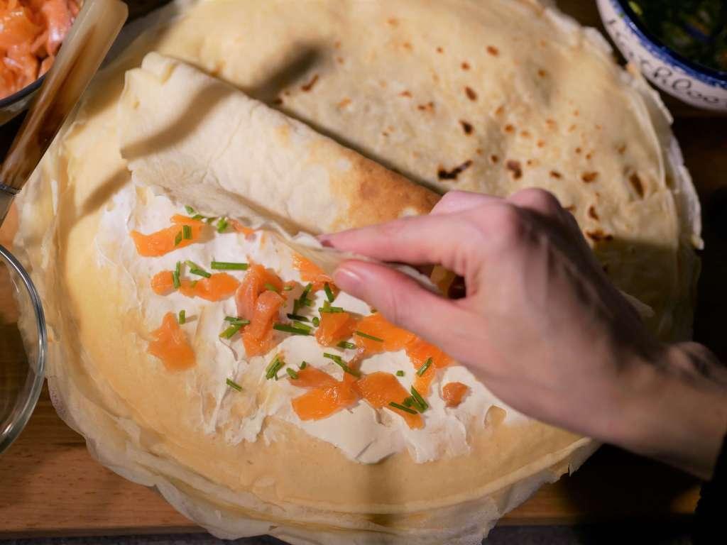 Crêpes de froment avec de la truite fumée, du fromage frais et de la ciboulette.