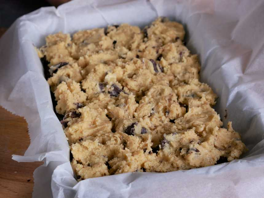 La pâte à brookie crue dans un plat