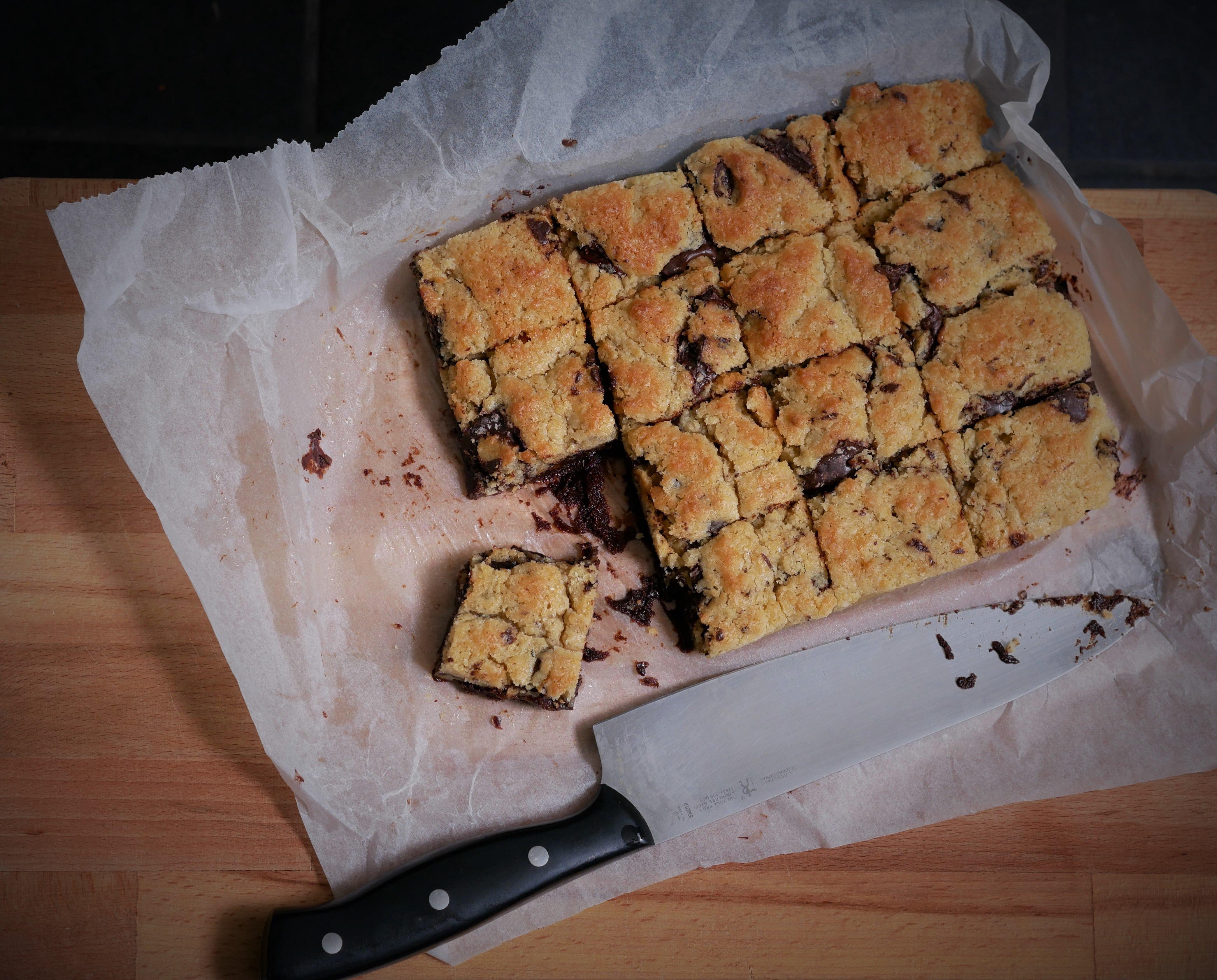 Vue du dessus d'un plat de brookie coupé en carré