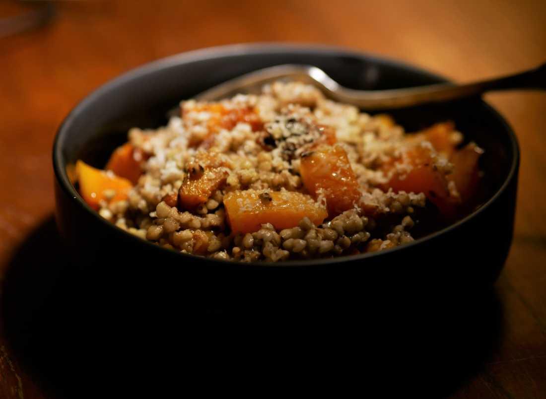 Gros plan sur le risotto de sarrasin à la courge butternut et au parmesan.