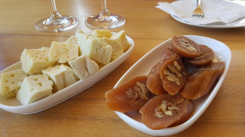Le fromage aigre (sulguni) et la churchkhelas coupées en tranche. On trouve les churchkhelas sur tous les marchés.