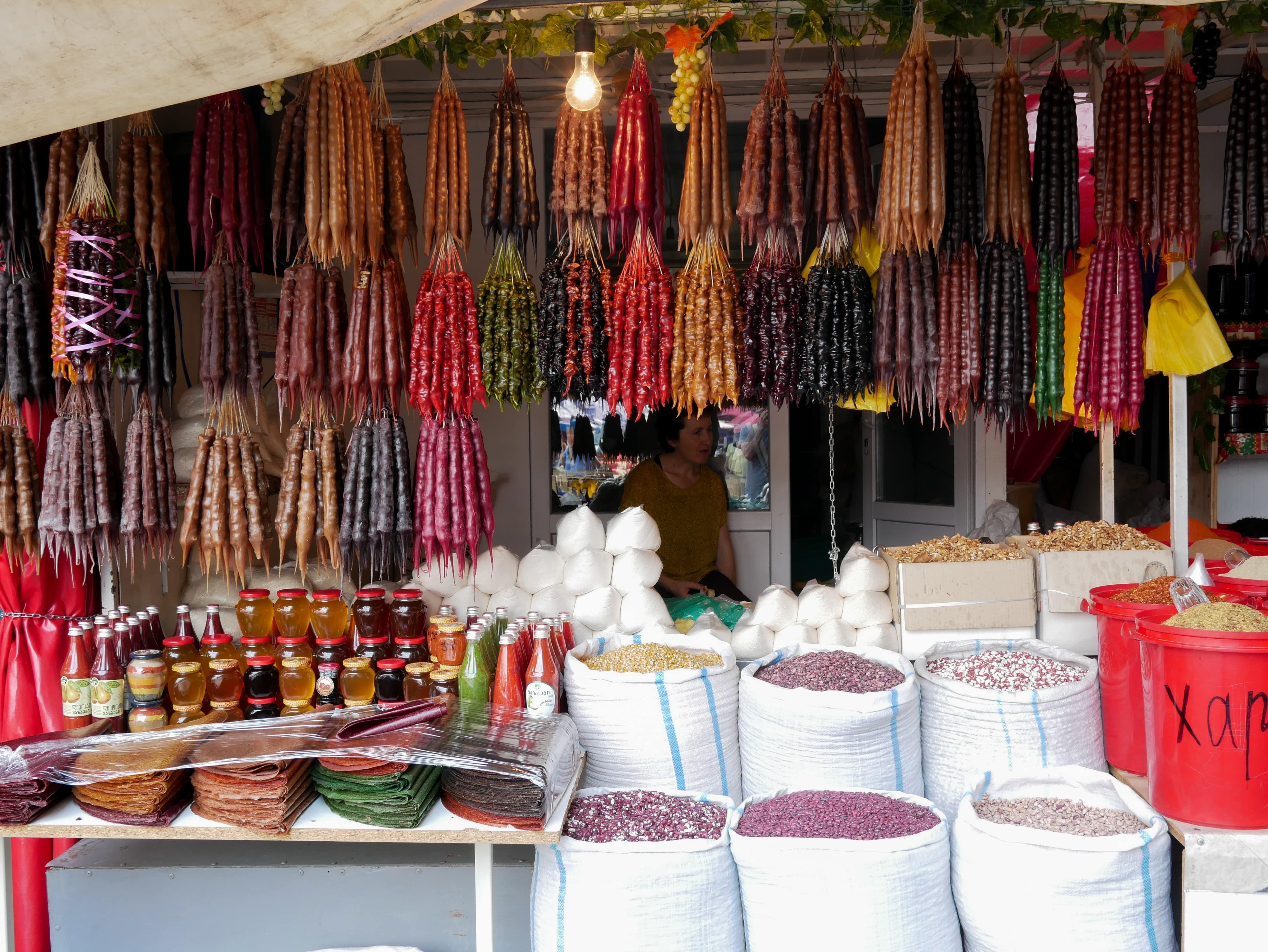 Les marchés de Tbilissi avec les colliers de fruits secs