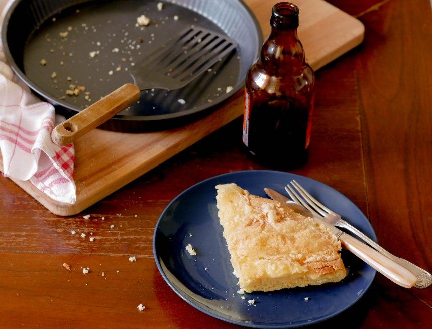 Part de tarte au Maroilles avec le plat vide et une bière
