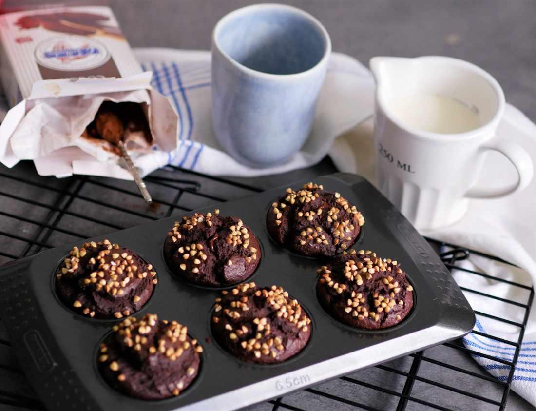 Plats de muffins au chocolat au sarrasin