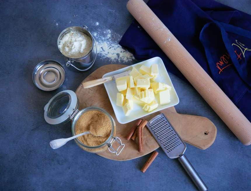 Les ingrédients pour les pets-de-soeur traditionnels : de la pate brisée, du beurre, du sucre roux et de la cannelle