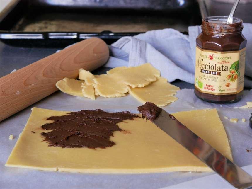 On étale la pâte à tartiner sur la pâte brisée