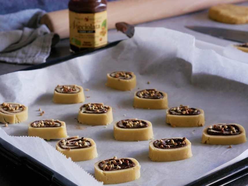 On peut mettre des graines de sarrasin sur les rondelles de pâte brisée ou de la noix de coco râpée
