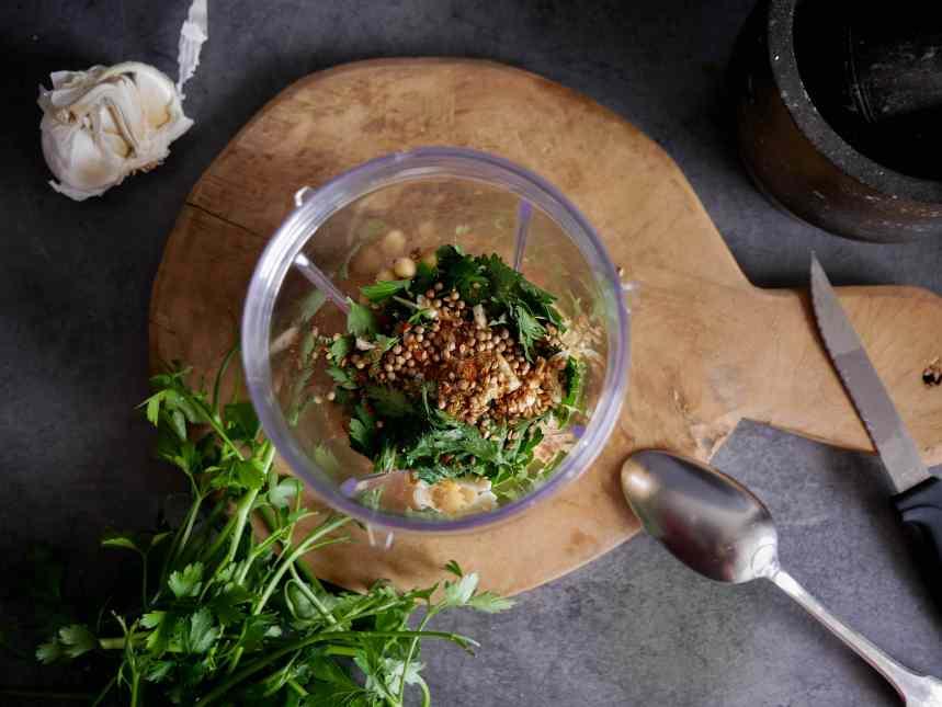 Préparation des falafels dans un blender
