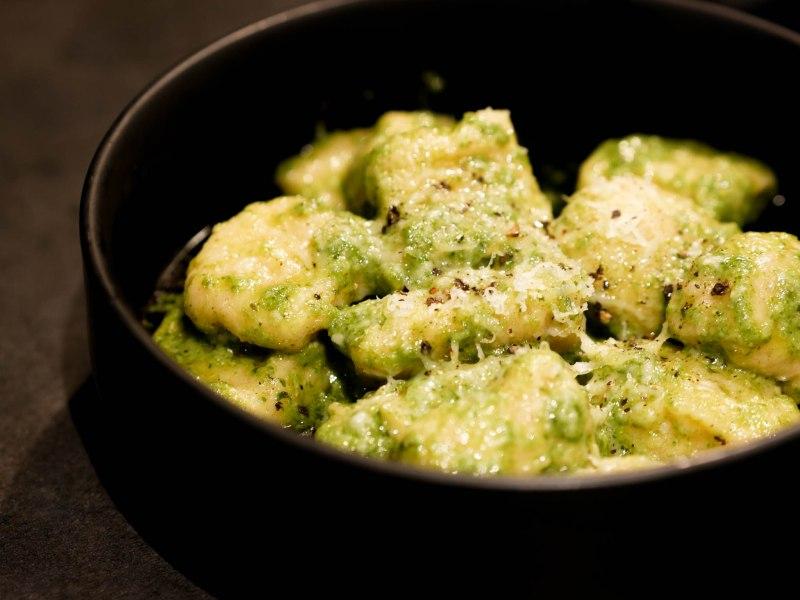 Gnocchi au pesto verde : basilic, pignons, huile d'olive et parmesan