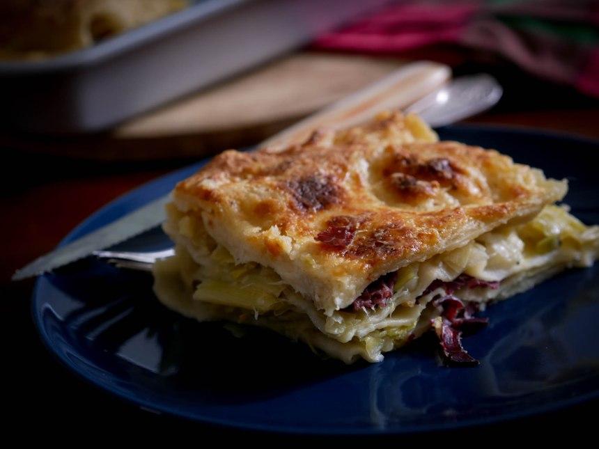 Part de lasagnes aux poireaux en gros plan