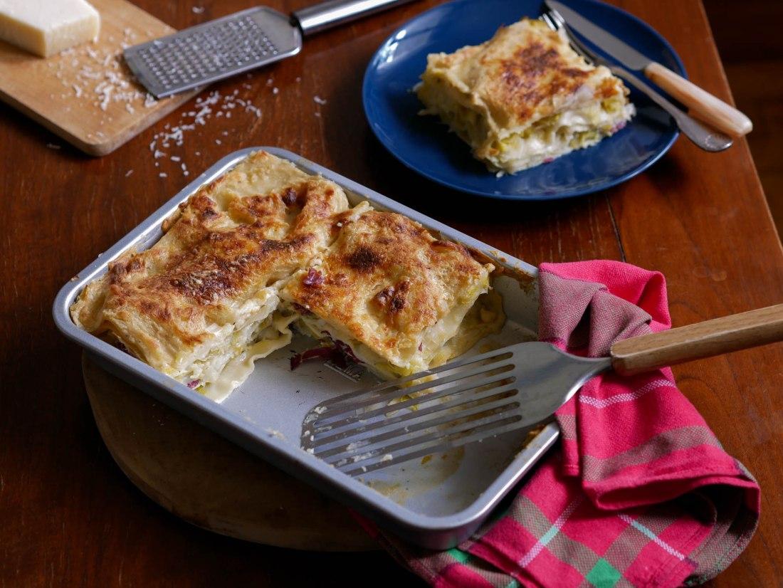 Plat de lasagnes entamées sur une table dressée