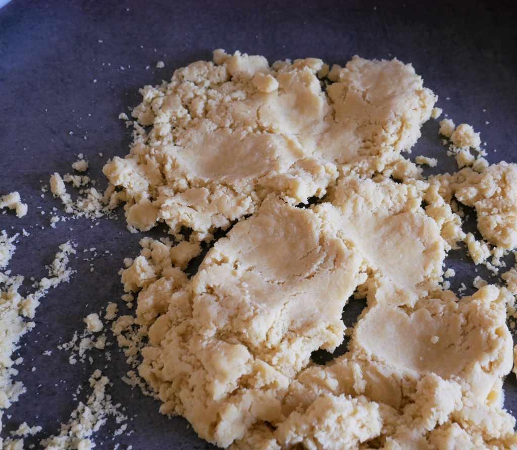 Pâte à tarte écrasée avec la paume de la main pour l'amalgamer