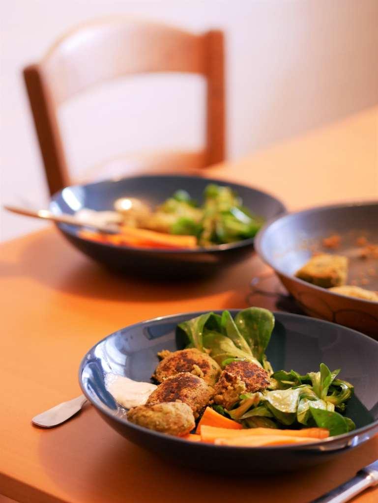 Assiette de falafels servie à table
