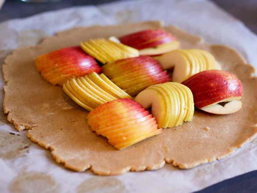 Pâte à tarte étalée avec les pommes découpées finement