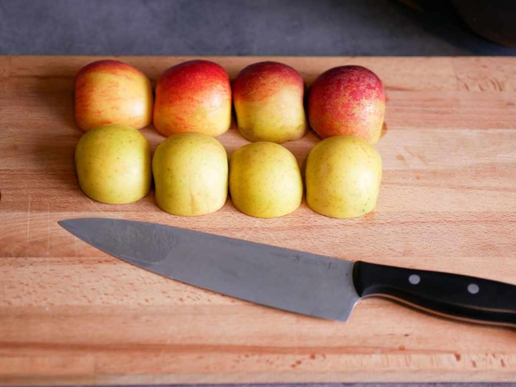 Quatre pommes alignées et coupées en moitié