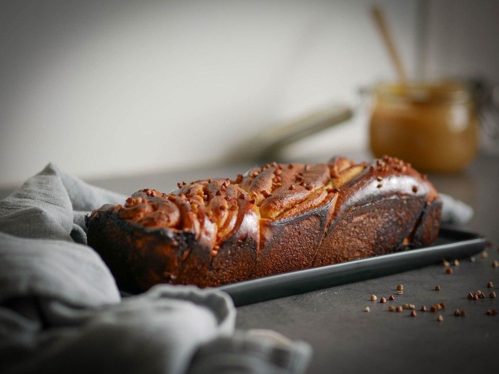 Breizhka : une brioche tressée au caramel au beurre salé et aux graines de sarrasin torréfiées.