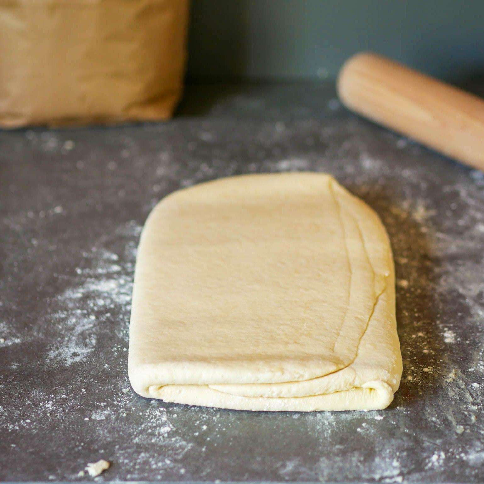 Après 4 tours, on dispose la pâte au frigo pour 30 minutes.