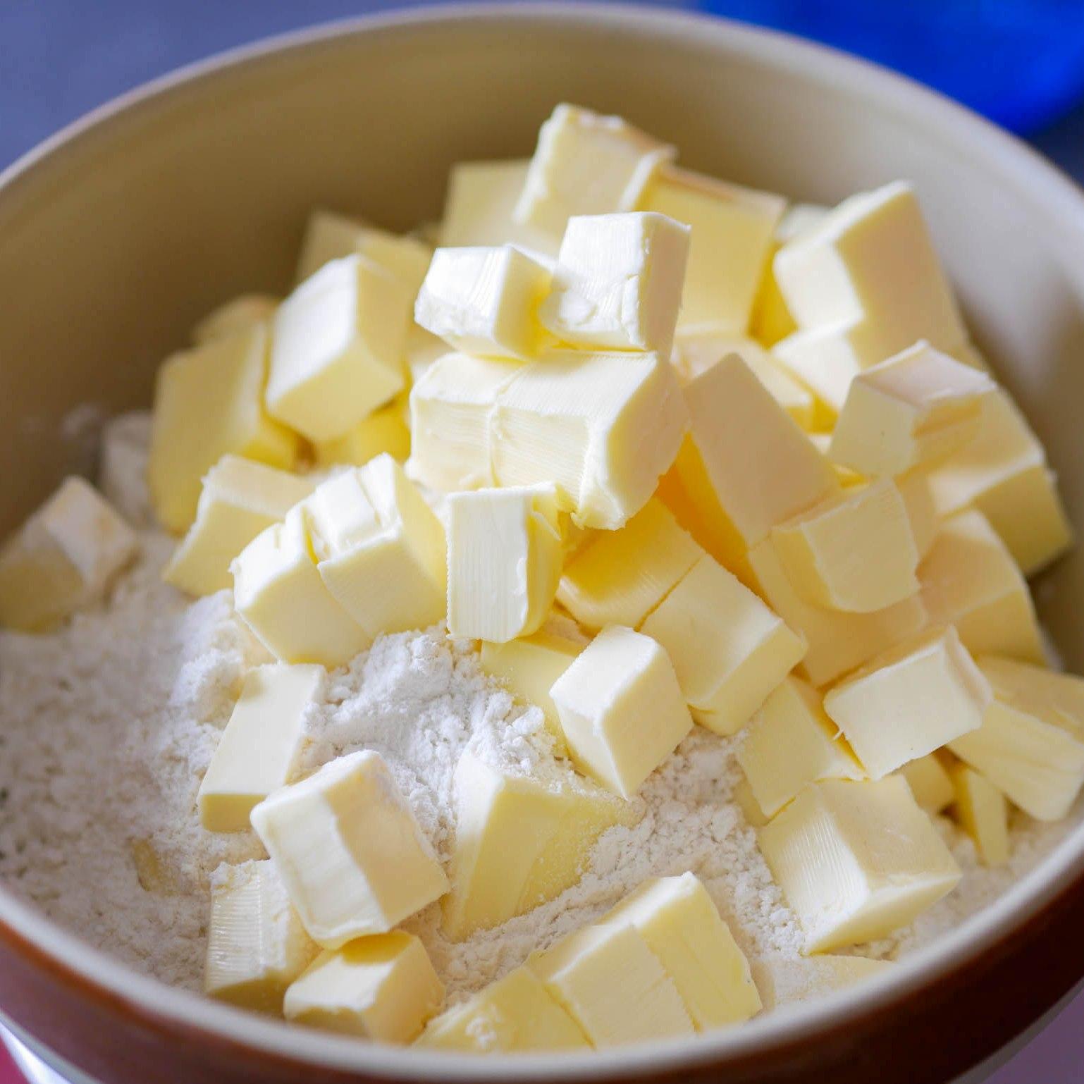 Pâte feuillettée rapide : du beurre coupé en morceaux dans la farine, du sel et de l'eau petit à petit et on mélange tout avec les mains