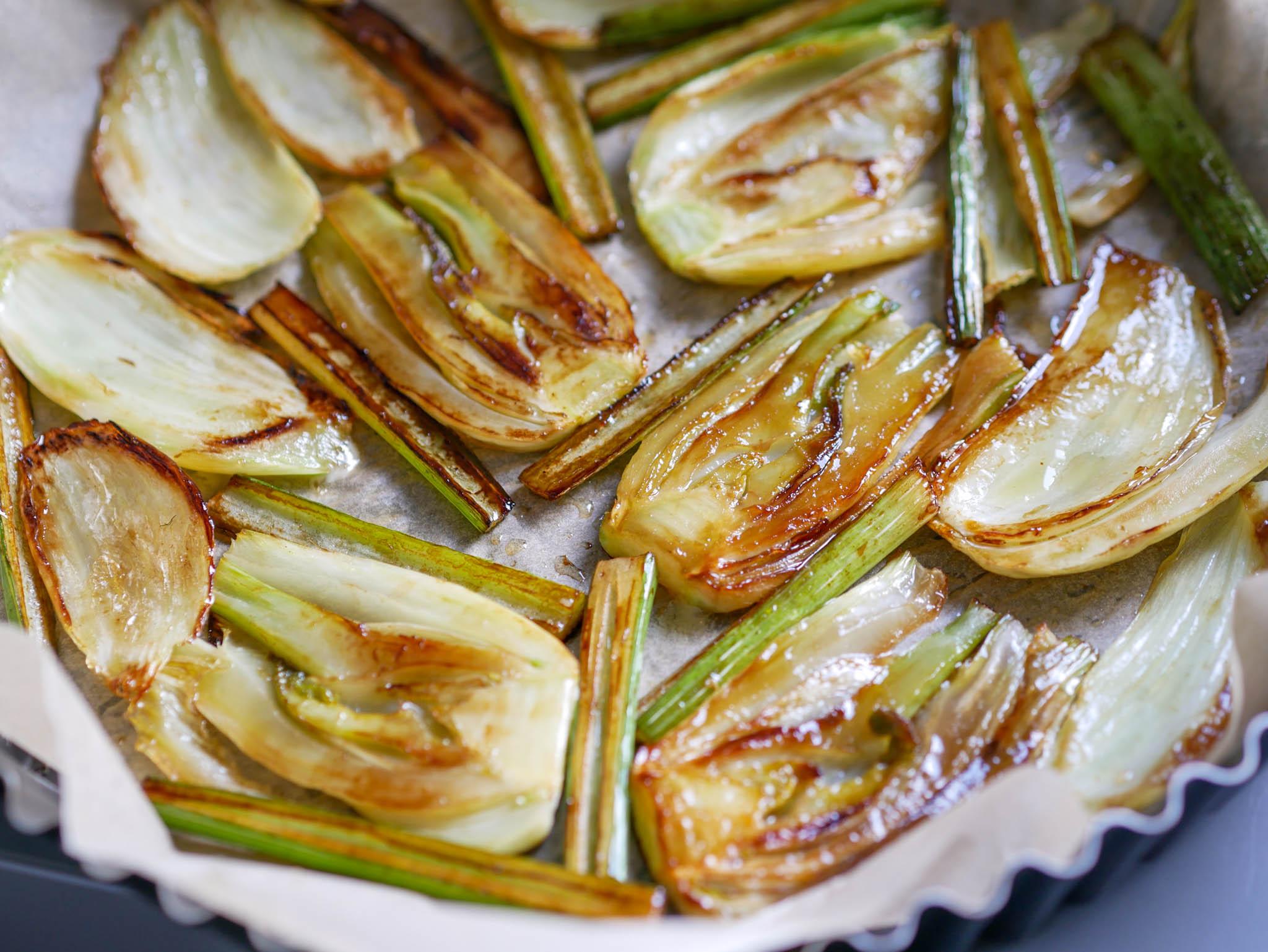 Disposez les bulbes de fenouil dorés dans le plat à tarte, si vous en avez un en verre, inutile de mettre du papier sulfurisé