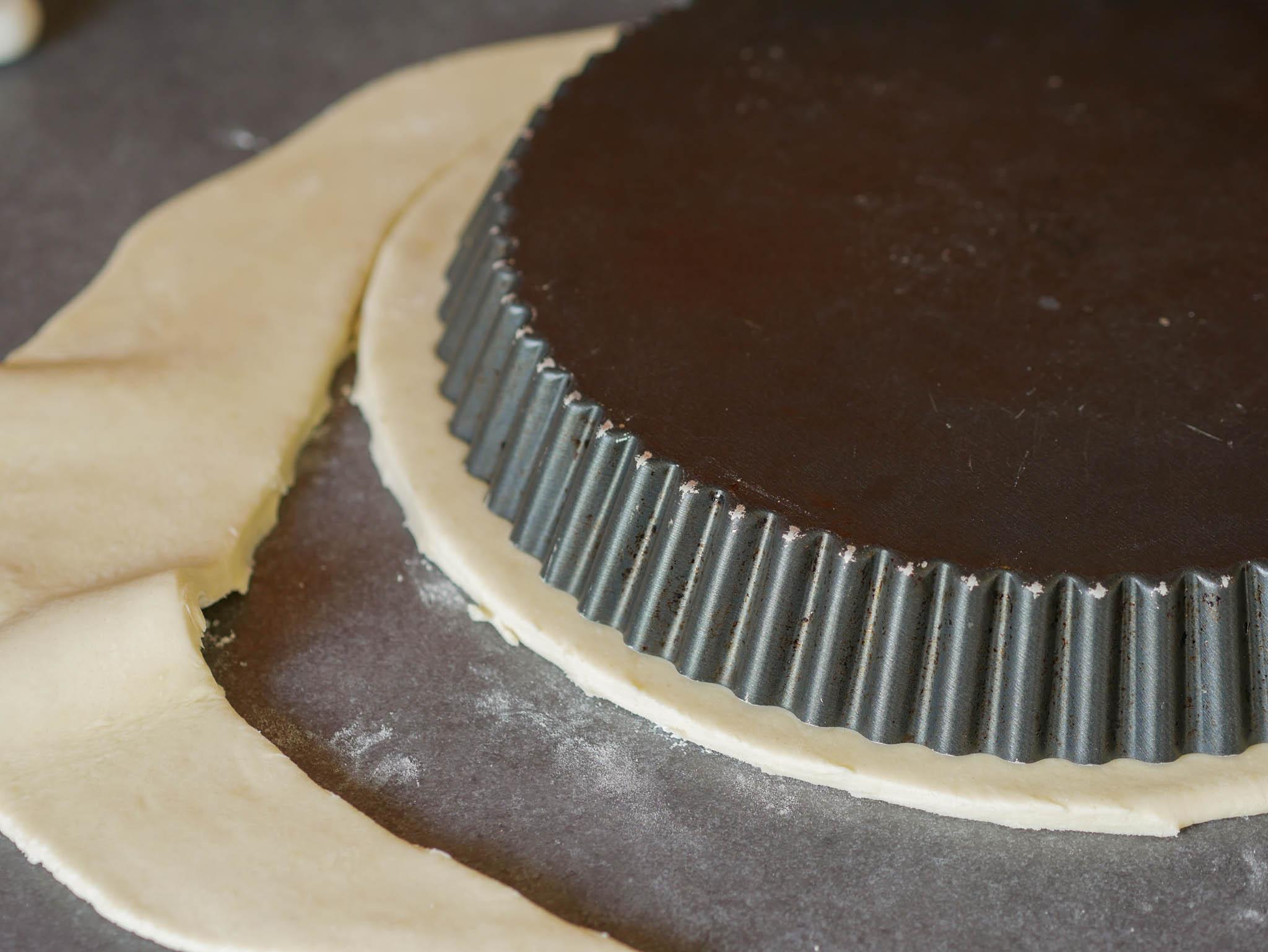 Découpez la pâte un peu plus large que la taille de votre moule
