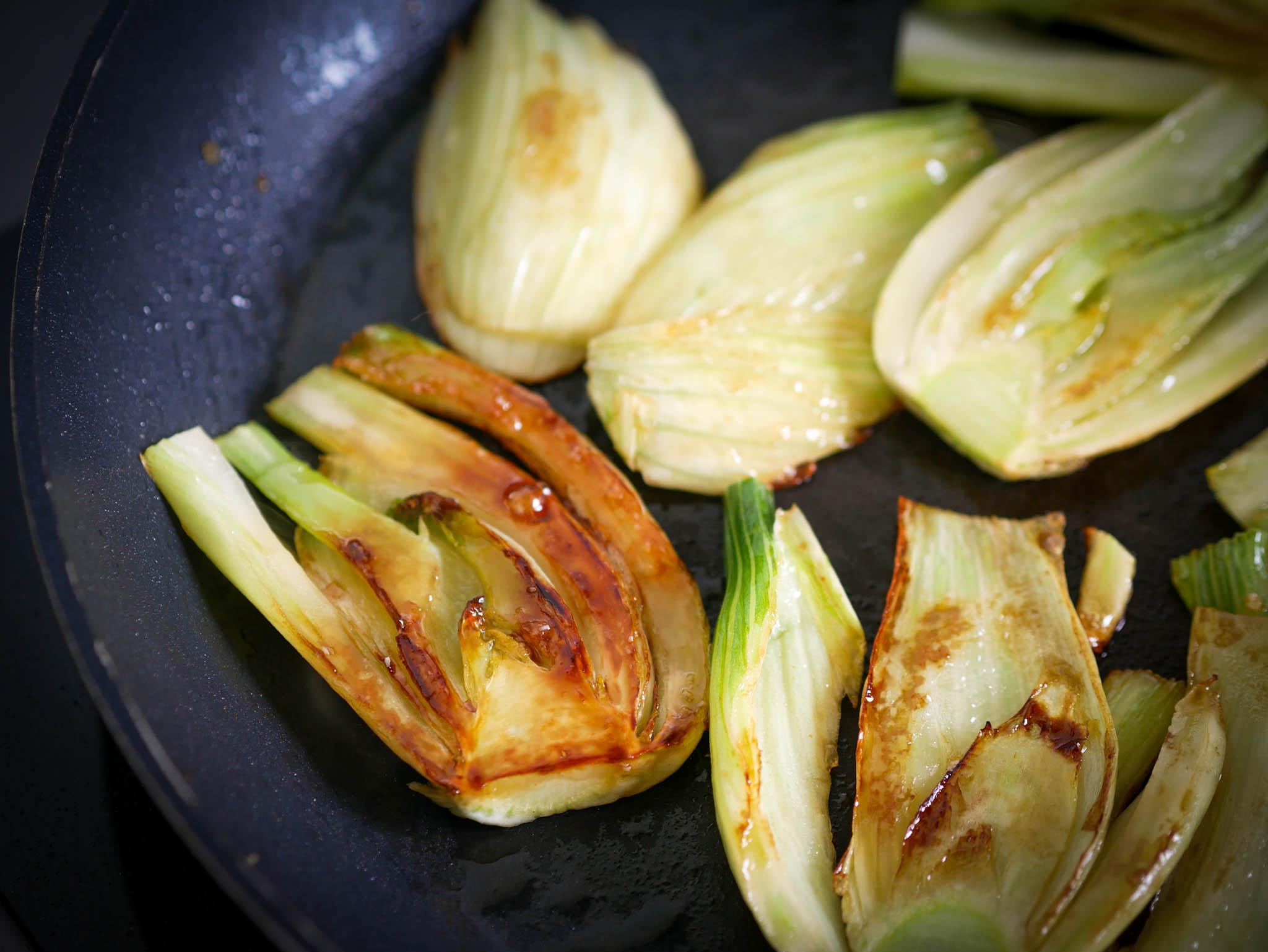 Faites-les revenir dans une poêle avec un mélange beurre-huile et cassonade une quinzaine de minutes.