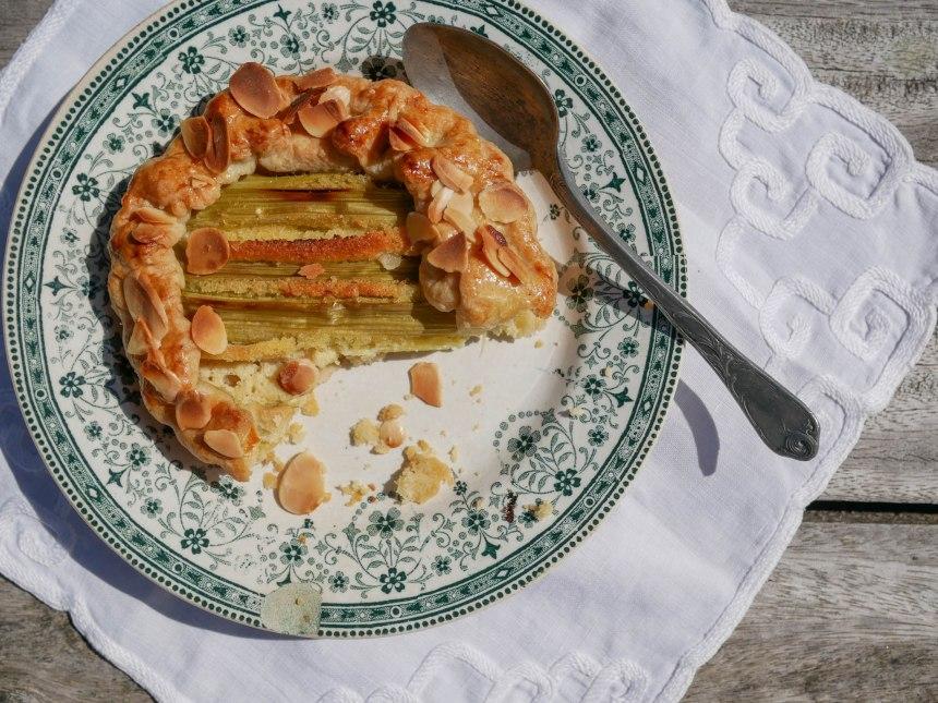 Gros plan sur une tartelette entamée servie dans une jolie assiette ancienne