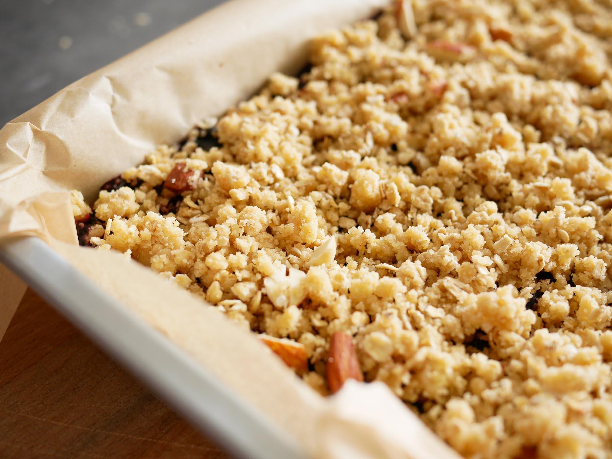 On recouvre la purée de fruits du reste de pâte avec les amandes