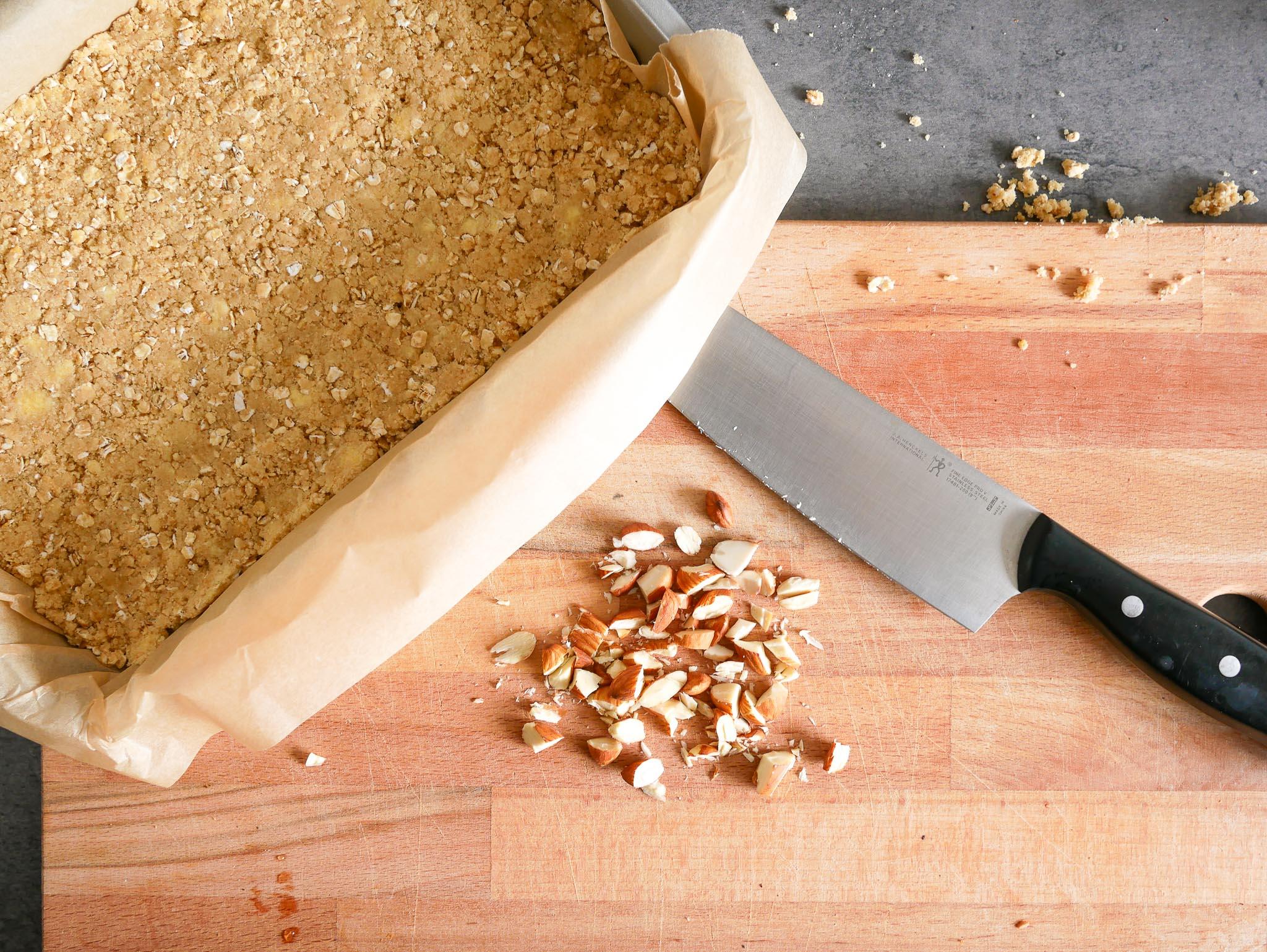 On coupe des amandes grossièrement que l'on ajoute au reste de pâte