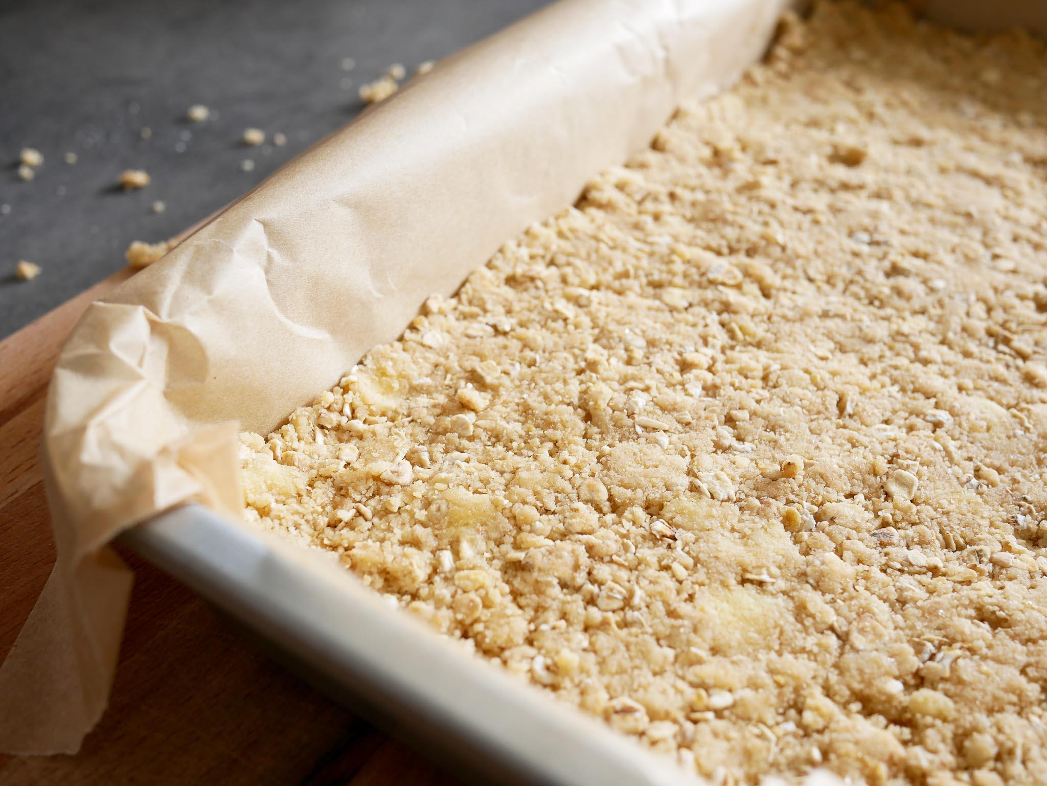 On tasse les 3/4 de la pâte au fond d'un plat rectangulaire