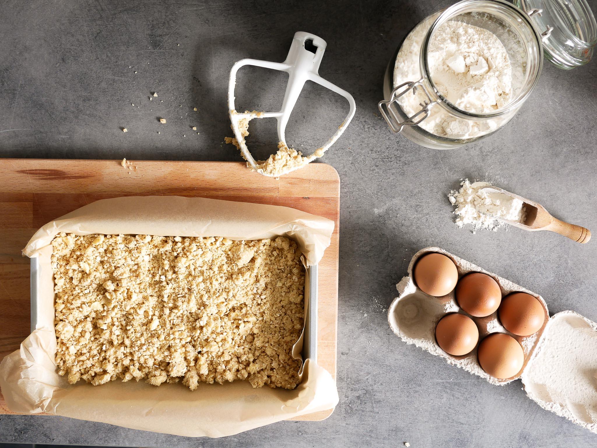 Les ingrédients nécessaires au crumbcake cassis : farine, oeuf, sucre, levure, flocons d'avoine