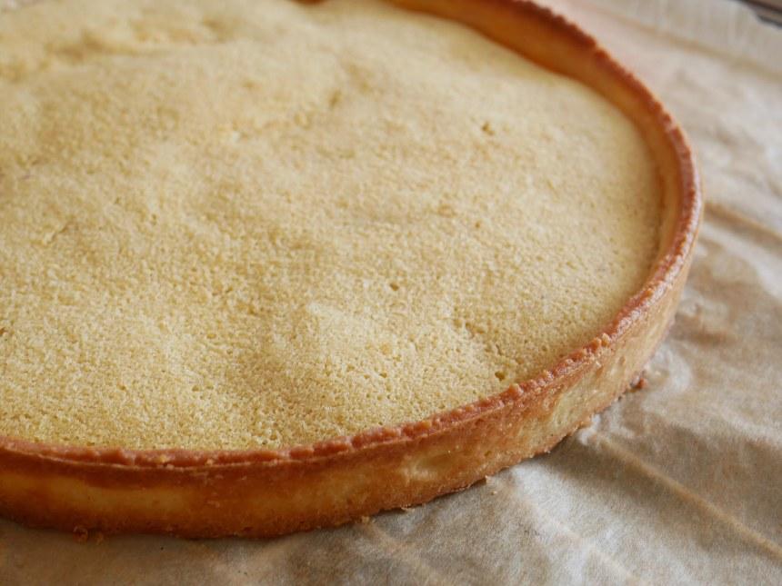 Gros plan sur le fond de tarte avec la crème d'amande