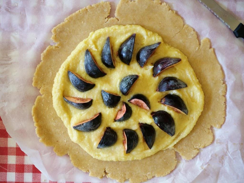 Déposez quatre figues en quartier sur la crème d'amande