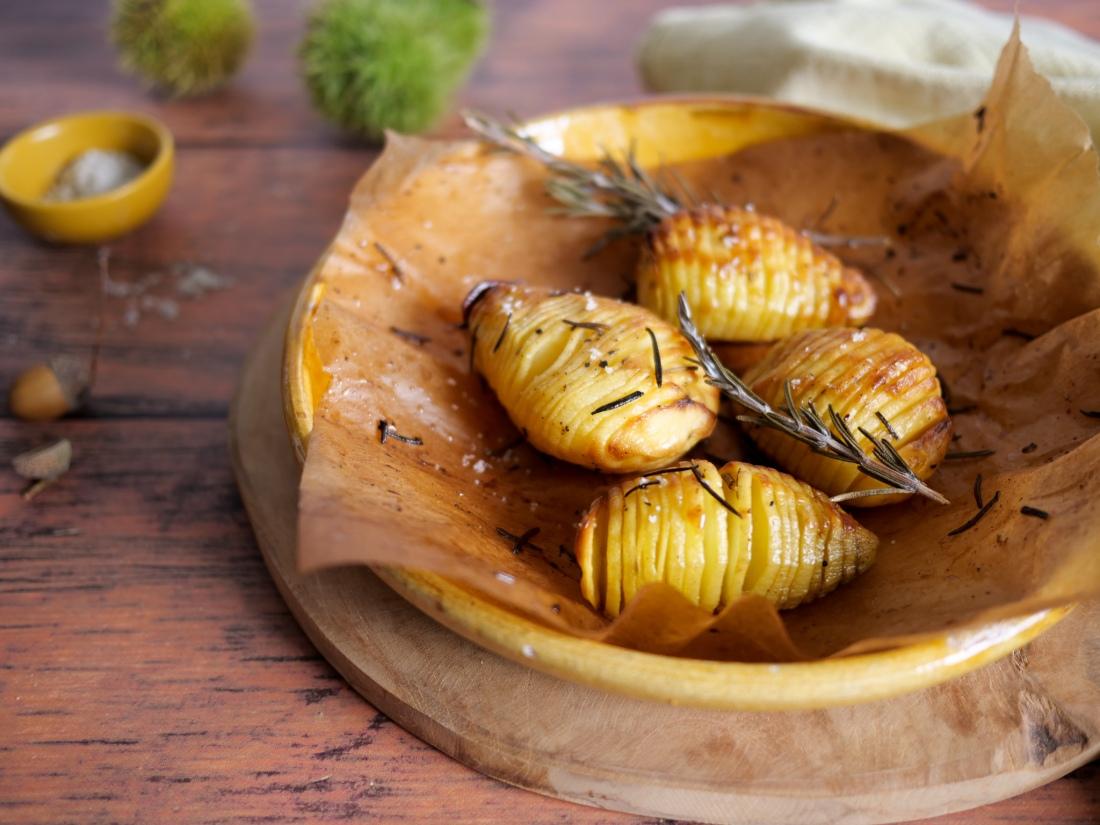 Gros plan sur une assiette de pommes de terre finement entaillées