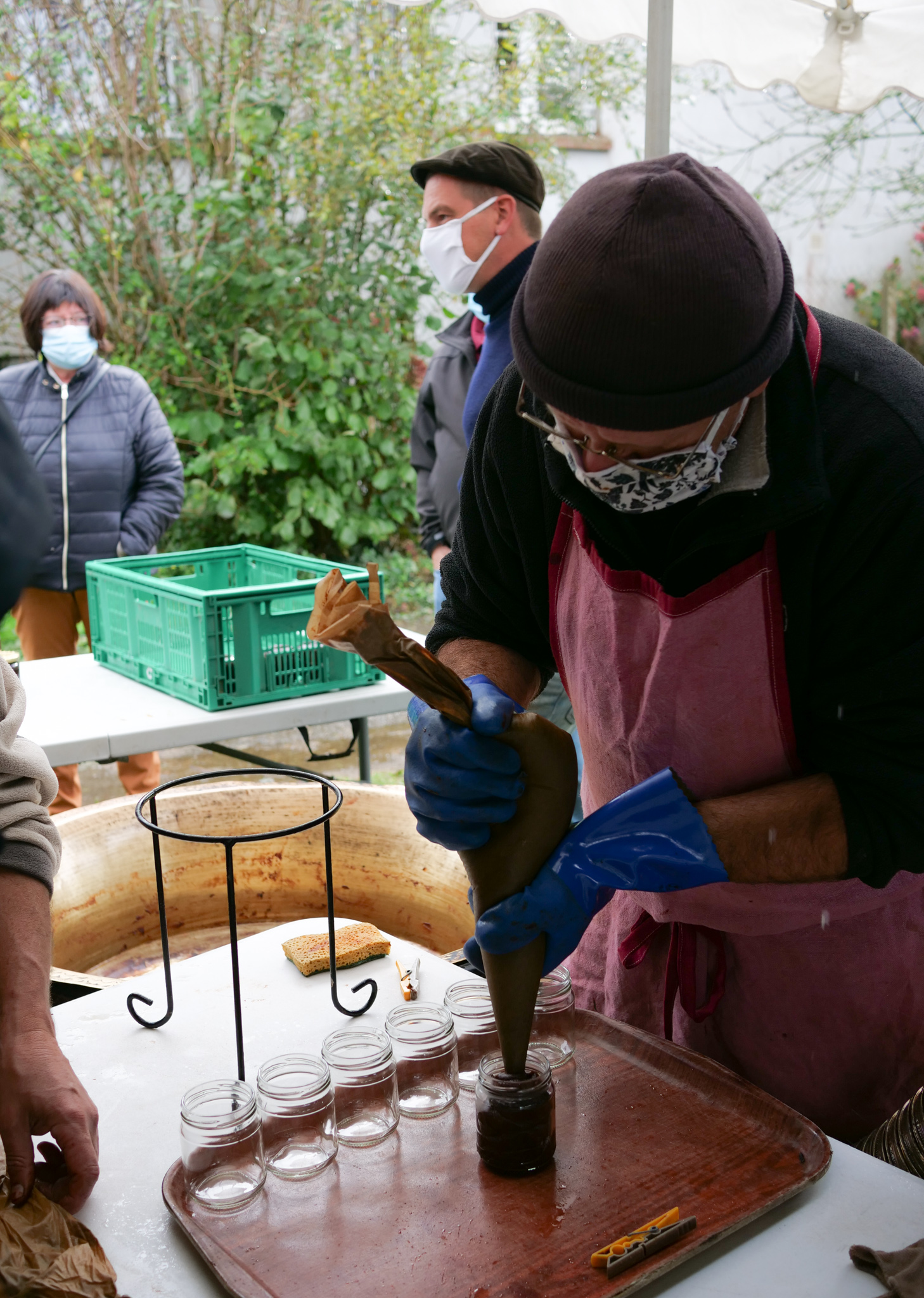 La mise en pot est assuré par Hubert Laizé de l'association Les ramaougeries du Pommé