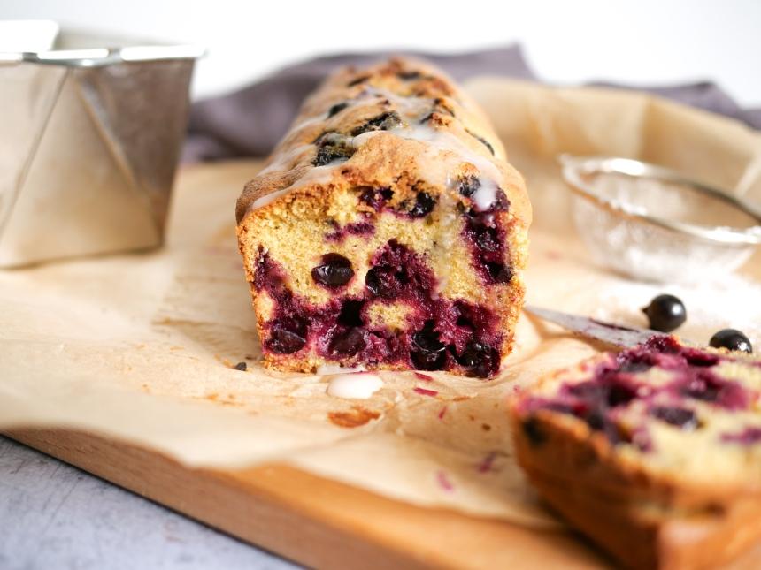Cake sans gluten aux groseilles coupé en tranches